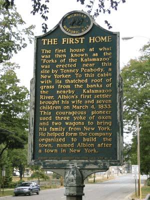 Panneau signalant la première maison construite à Albion